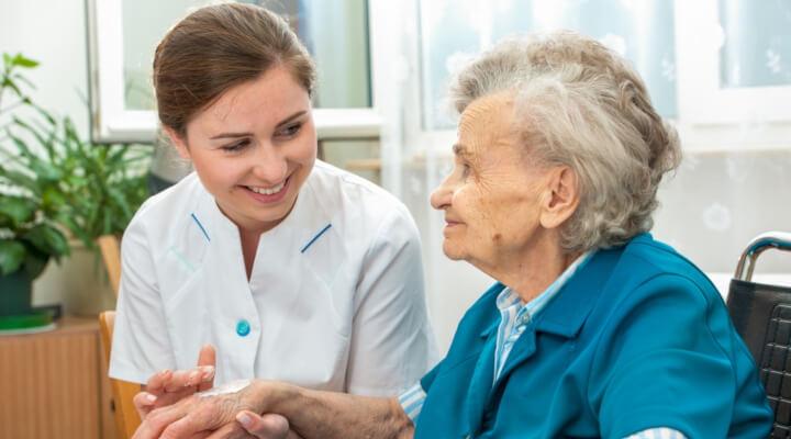 Cuidador de idosos é carreira promissora